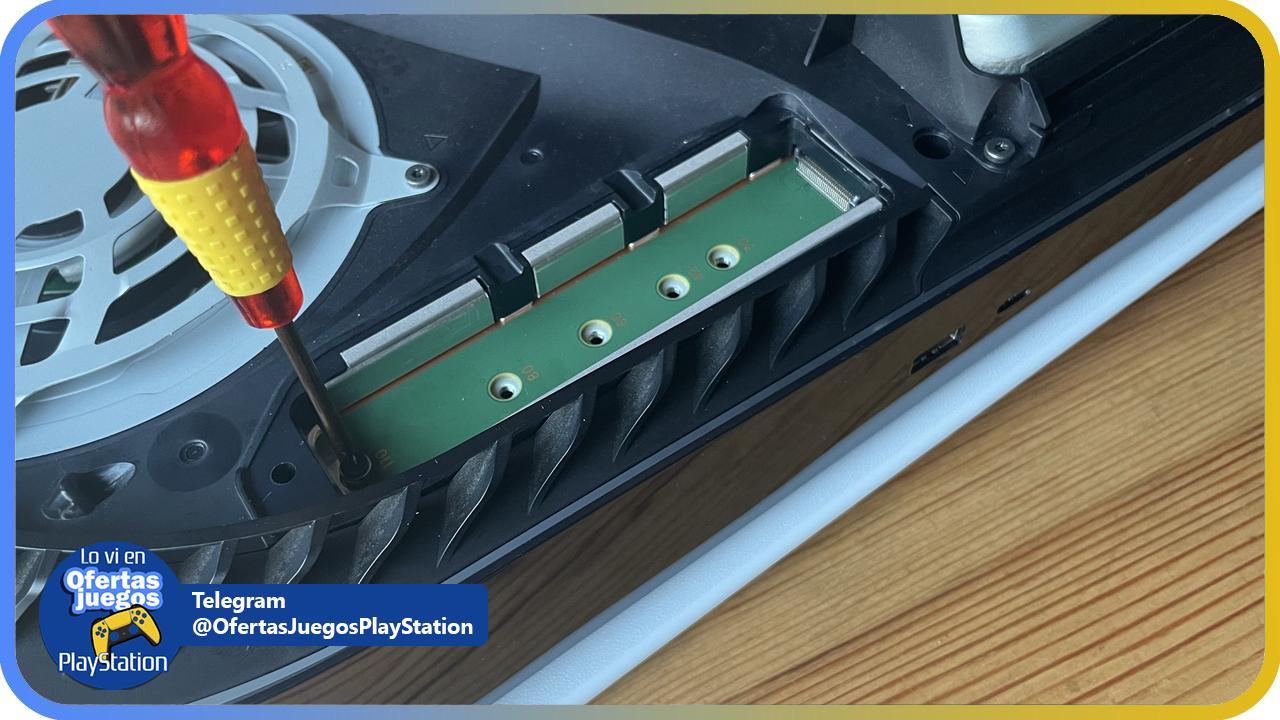 desmontando tornillos PS5 para instalacion SSD